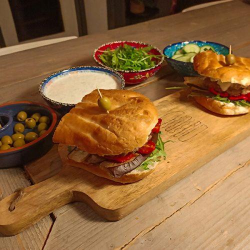 Hamburger mediterraneo   mediterrane hamburger met tzatziki   Hamburger Bijbel